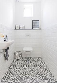 Le noir et blanc est une tendance bien présente pour les salles de bain graphiques, et cette tendance se retrouve aussi dans les WC ! Le rendu est intemporel, donc idéal pour une rénovation. Vous ne vous en lasserez jamais ! Pour vous inspirer, nous vous présentons 25 idées déco dénichées sur le Web et auprès des membres de Kozikaza.