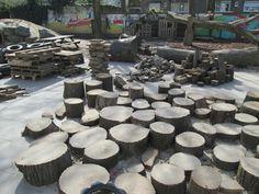 """We hebben onze """"loose parts"""" geordend voor het spelen in de natuurtuin. Nutsschool Maastricht"""