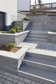 Die York Mauer angelegt in einzelnen Beeten auf ve… Backyard Garden Design, Garden Landscape Design, Yard Design, Small Gardens, Outdoor Gardens, Retaining Wall Steps, Outdoor Steps, Patio Layout, Garden Steps