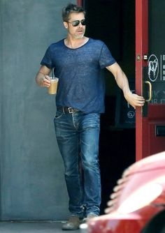 Hunky Brad Pitt sips on iced coffee in form-fitting T-shirt in LA Angelina Jolie, Brad And Angelina, Jennifer Aniston, Brad Pitt Style, Man Icon, Handsome Actors, Street Style Summer, Movie Stars, Actors & Actresses