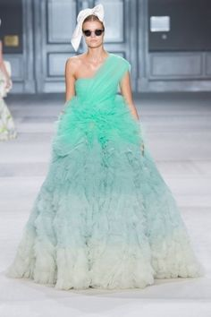 Abito verde Giambattista Valli - Dalla collezione Haute Couture autunno inverno 2014 2015 di Giambattsta Valli, abito da sposa verde monospalla.