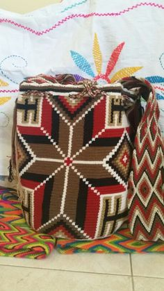 Tenemos en Colores tierras, vivos, pasteles y Neon. Llamanos o escribenos a whathsapp al +57 3012412266 Tapestry Bag, Tapestry Crochet, Macrame, Projects To Try, Weaving, Gift Wrapping, Textiles, Quilts, Embroidery
