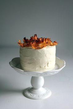 Hummingbird cake with dried pineapple flowers Baking Recipes, Cake Recipes, Yummy Recipes, Baked Alaska, Hummingbird Cake, Love Cake, Sweet Cakes, Savoury Cake, Cream Cake