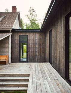 A Lakeside Cottage Gets a Modern Addition by Anik Péloquin architecte - Design Milk Design Exterior, Rustic Exterior, Traditional Style Homes, Lakeside Cottage, Wooden House, Residential Architecture, Government Architecture, Computer Architecture, Home Decor Styles