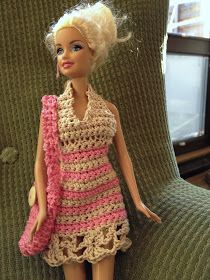 Virkkasineräällepikkunaiselle syntymäpäivälahjaksi Barbien mekon ja laukun. Samalla sain harjoiteltua pitsireunan tekemistä. Sellainen...