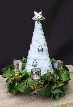 Silver Christmas Decorations, Christmas Flowers, Diy Christmas Tree, Christmas Candles, Christmas Centerpieces, Holiday Ornaments, Xmas Tree, Christmas Wreaths, Christmas Arrangements