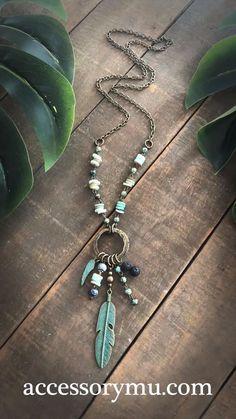 Feather Jewelry, Jewelry Art, Gemstone Jewelry, Beaded Jewelry, Jewelry Necklaces, Jewelry Design, Long Necklaces, Diy Leather Bracelet, Brass Chain