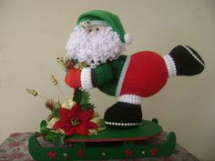 Feliz Navidad: Santa y Reno Patiando Felt Christmas, Christmas Crafts, Christmas Ornaments, Christmas Ideas, 242, Christmas Pictures, Diy And Crafts, Santa, Dolls
