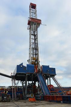 """CONSOL Energy's """"walking rig"""" being used to drill wells at Pittsburgh International Airport Pipeline Construction, Crane Construction, Oilfield Trash, Oilfield Wife, Oil Rig Jobs, Pittsburgh International Airport, Oil Platform, Oil Sands, Company Job"""