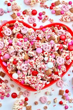 This Valentine Sweetheart Snack Mix is love at first sight and bite. An irresistible sweet treat that's so perfect for Valentine's Day! Valentine Desserts, Valentines Day Food, Valentine Treats, Holiday Treats, Holiday Recipes, Valentine Party, Valentines Recipes, Snack Mix Recipes, Dessert Recipes