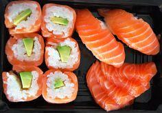 Sushi saumon  surimi avocat et chirashi Salmon Sushi, My Sushi, Homemade Sushi, Food Goals, Nom Nom, Rolls, Food And Drink, Favorite Recipes, Lunch