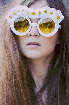 7e5c8af4ccef Flower child    hippie chic    round sunnies    white and yellow daisy  sunglasses    flower power    Now (Ray Bans)