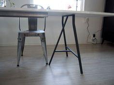 Här kommer en beskrivning på matbordet som vi byggde till de nya stolarna. Kriterierna: vitt matsalsbord, minst 2,5 meter, utan gustavianska krusiduller på och under 3000 kronor var inte helt enkelt…