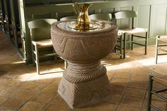 Bjergby kirke: Døbefont · Romansk granitdøbefont. Kummen, der har en enkel ornamentik, hviler på et lavt skaft. Foden er en pyramidestub, hvis kanter har tovsnoninger, ligesom foden afsluttes foroven med en tovsnoning.