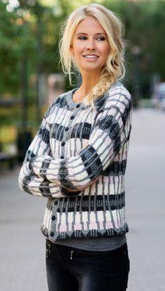 Den mønsterstrikkede jakke strikkes rundt og klippes op til sidst midt for og ved ærmerne. Det fine mønster strikkes i hvid, grå og lys rosa