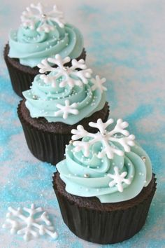 Cupcakes are so easy to make which makes them a perfect choice for dessert. Also there are so many interesting ideas for cupcakes decoration. Winter Cupcakes, Holiday Cupcakes, Holiday Baking, Christmas Desserts, Christmas Treats, Christmas Baking, Frozen Cupcakes, Themed Cupcakes, Christmas Goodies