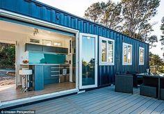 Após construir sua própria casa contêiner em 2011, a jovem Brenda Kelly, neozelandesa de Auckland, resolveu fazer do seu projeto pessoal um negócio, criando a IQ Container Homes, uma empresa que transforma contêineres em casas. Kelly conta que sempre teve uma certa paixão por espaços pequenos, e que sua própria casa tem apenas 6 metros de altura e - pasmem - 10 metros quadrados de espaço. Segundo a jovem, o segredo para os locais parecerem charmosos e acolhedores está nos móveis escolhidos e…