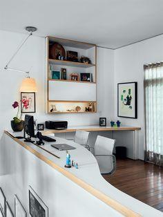 Neste projeto, concebido pela decoradora paulista Antonia Mendes, a bancada do computador se volta para o jardim, medida que contribui para a ampliação das perspectivas de vida.