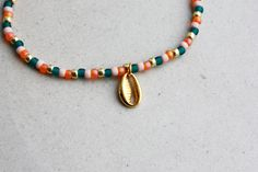 Cowry Shell Bracelet - Emerald, Pink, Orange & Gold - Beaded Bracelets - Cowrie Charm - Beach Vibes - Boho Jewellery - Bohemian Jewelry - Kauri Schelp Armband – Emerald, Roze, Oranje & Goud – Kralenarmband – Bedelarmband – Bedel S - Beaded Choker, Beaded Jewelry, Handmade Jewelry, Beaded Bracelets, Ruby Jewelry, Gold Jewellery, Jewelry Necklaces, Diy Necklace, Summer Necklace