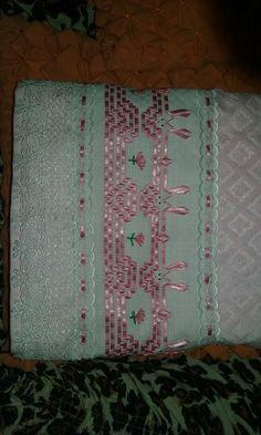 Toalha de banho infantil bordada com fita.