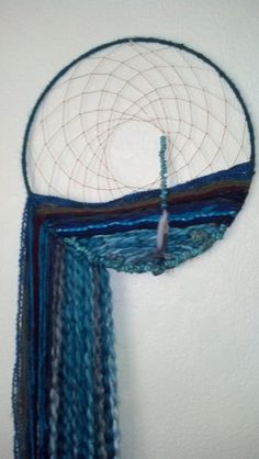 Dream Catcher Weaving Wall Art - love the effect which, to me, looks like the sea . maybe because I'm cancerian, a water sign. Weaving Art, Tapestry Weaving, Diy And Crafts, Arts And Crafts, Kids Crafts, Dreams Catcher, Creation Deco, String Art, Textile Art