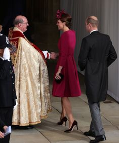 The Duke and Duchess of Cambridge arrive at St. George Chapel in Windsor to attend the Royal Wedding of Princess Eugenie of York to Mr. Princesa Kate, Duke And Duchess, Duchess Of Cambridge, Meghan Markle, Royal Wedding Outfits, Royal Weddings, Adele, Eugenie Wedding, Alexander Mcqueen
