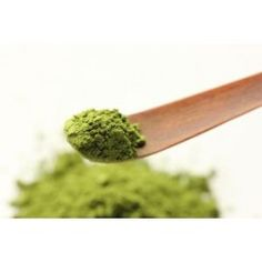 Matcha Grünteepulver - Tee ist ein besonderes Getränk, das Körper und Seele gleichermaßen stärkt. Tee ist jedoch mehr als ein wohlschmeckendes Genussmittel. Seine positiven Wirkungen auf unsere Gesundheit sind seit Jahrtausenden bekannt.   Die moderne Analytik findet immer mehr Inhaltsstoffe, bisher mehr als vierhundert.  Polyphenole (früher Gerbstoffe oder Tannine genannt), Koffein (früher Tein genannt), Ätherische Öle, Spurenelemente, Mineralstoffe, Enzyme, Aminosäuren, Vitamine, Fluorid… Vitamin A, Fitness Workouts, Matcha, Japan Shop, Herbs, Ethnic Recipes, Food, Green Tee, Harvest