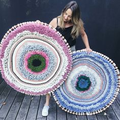 Easy Crafts Ideas at Home Here are some of the most beautiful DIY projects you can try for your self at home If you enjoyed this DIY room dec. Weaving Textiles, Weaving Art, Loom Weaving, Hand Weaving, Diy Arts And Crafts, Diy Crafts To Sell, Circular Weaving, Textile Artists, Weaving Techniques
