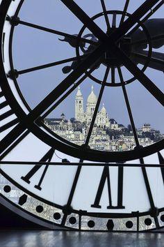 Foto obligada en la visita al Museo d'Orsay. Reloj de la que fuera Estacion de Trenes con vista al Rio Sena, en esta fotografia se aprecia la Basilica del Sagrado Corazon ubicada en el punto mas alto de Paris: Montmartre.