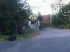 Vlaamse Post-bode Guido met de brede glimlach en gele Vlaamse Post-fiets voor de lens van de De Standaard-fotograaf...