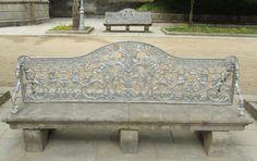 Los asientos de los bancos del parque de La Alameda de Santiago de Compostela fueron hechos por la Real fábrica de fundición de Sargadelos en el siglo XIX, antes de convertirse en una fábrica de cerámica.