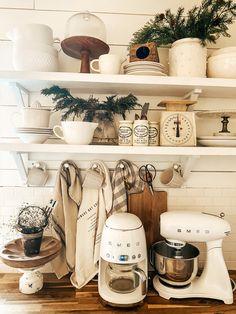 Antique Kitchen Decor, Farmhouse Kitchen Decor, Country Kitchen, Vintage Kitchen, Farmhouse Chic, Cottage Kitchen Cabinets, Kitchen Pantry, New Kitchen, Cuisines Diy