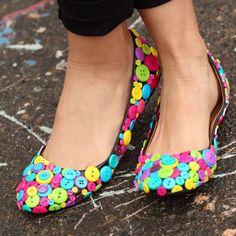 Separe aquele seu estoque botões coloridos, eles servirão para uma boa utilização! Customize sua sapatilha basiquinha revestindo-a com eles! - Veja mais em: http://www.vilamulher.com.br/artesanato/passo-a-passo/sapatilha-de-botoes-17-1-7886495-403.html?pinterest-destaque