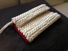 Bolso de mano realizado en crochet con trapillo beige, con terminación en crochet de hilo de algodón granate
