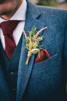 The groom's boutonniere is one of the few accessories for the groom. The small boutonniere declares the identity of the groom. The groom's boutonniere should be based on simplicity and smallness. Remember, the boutonniere and Read more… Wedding Men, Dream Wedding, Fall Wedding Suits, Wild Flower Wedding, Vintage Wedding Suits, Blue Tweed Wedding Suits, Groom Suit Vintage, Wedding Bonfire, Boho Wedding