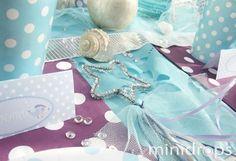 """Die kleine Meerjungfrau lädt ihre Freunde zum Schwimmen ein: es wird geplanscht und gespielt, gebastelt und geschlemmt. Was für ein toller Geburtstag! Die Einladungskarte ist ganz individuell angefertigt. Das blaue Wasser glitzert verführerisch… …und hinter dem """"Wasservorhang"""" lockt der liebevoll gedeckte Tisch mit Leckereien. Becher, Teller, Strohhalme, Servietten und weitere schöne Dekoration und Zubehör gibt …"""
