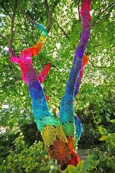 Here is another great example of yarn graffiti . or is it crochet graffiti? Street Art Utopia, Land Art, Guerilla Knitting, Image Internet, Art Fil, Arte Country, Photo D Art, Best Street Art, Art Yarn