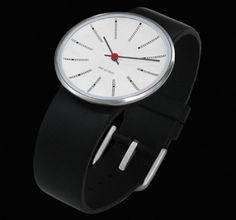 Rosendahl a réinterprété de manière élégante ces montres d'après les fameuses horloges créées par Arne Jacobsen en respectant les traits du maître et en réduisant les échelles. Les montres ont la même forme concave que les horloges.