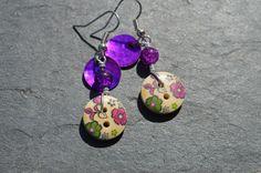Boucles d'oreilles, boutons bois dessins fleurs et nacres - Bijoux fantaisie TessNess : Boucles d'oreille par tessness