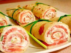 Clatitele cu somon si branza sunt un deliciu ce pot fi asezate cu succes pe un platou cu diverse aperitive la o masa festiva.