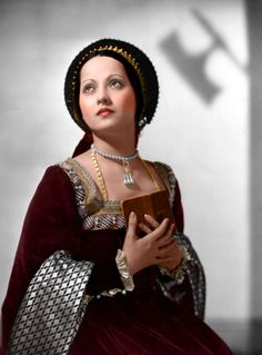 Merle Oberon plays Anne Boleyn in The Private Life of Henry VIII, Tudor Costumes, Movie Costumes, Historical Costume, Historical Clothing, Medieval Clothing, Hollywood Glamour, Classic Hollywood, Hollywood Jewelry, Hollywood Actresses