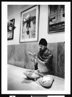 Sikh man praying, Los Angeles, 1999 :: Jerry Berndt Collection