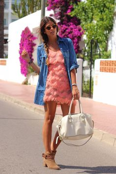 Fringe peach dress and denim shirt combo Ibiza Fashion, Fashion Trends, Net Fashion, Fashion News, Trendy Taste, Fru Fru, Denim Top, Denim Shirt, Street Style Looks