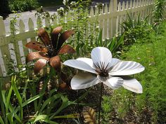 Metal Garden Art Ideas Decorating With Metal Yard Art Metal Garden Art Ideas. Putting metal yard art around a home can be a fun and attractive way to enhance the look of a yard or house. Garden Crafts, Garden Art, Garden Design, Garden Ideas, Giant Flowers, Metal Flowers, Yard Sculptures, Garden Sculpture, Sculpture Ideas