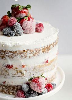 Un nude cake aux fruits saupoudrés de sucre glace