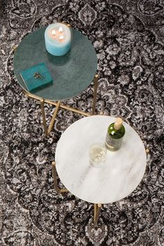 Magnifiques tables design en marbre vert et blanc pour un salon cosy et design. #timpa #design #table #marbre #marble #green #white #livingroom #carpet #tapis #blanc #vert #inspiration #interiordesign #salon #homedecor #style