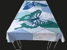 De grote vlinders op dit tafelkleed bedekken vrijwel de hele tafel. Op de achtergrond zijn de vlakken met een afwisselend patroon van bloemen en blaadjes gevuld. Dit tafelkleed wordt persoonlijk voor u gedrukt. Kies een standaard product of laat het maken in uw persoonlijke maat en kleuren. Het tafelkleed wordt hoogwaardig bedrukt op 246 gr/m2 stof van 100% katoen. Levertijd 4 a 5 weken.