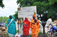 """N'Djaména, Tchad. Le message sur le panneau dit :  """"la fidélité au sein du couple aide à lutter contre le virus du VIH"""""""