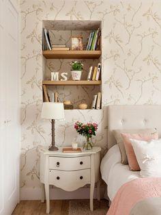 Dormitorio empapelado con estanterías integradas