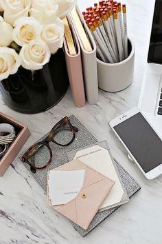 Inspiring Feminine Home Office Decor Ideas For Your Dream Job - Home.Decor - Home Office Fall Inspiration, Motivation Inspiration, Feminine Home Offices, Feminine Office Decor, Office Inspo, Office Ideas, Desk Inspo, Desk Space, Workspace Desk
